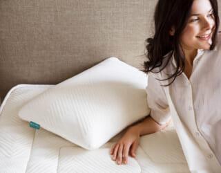Naturlatex Nackenstützkissen mit Frau in natürlicher Pose