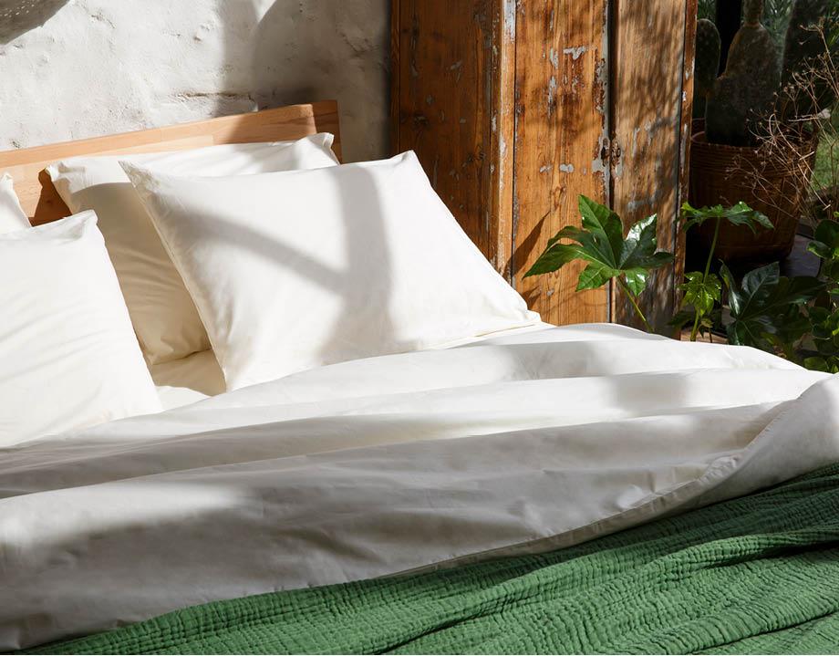 Oreiller latex naturel avec linge de lit coton bio beige