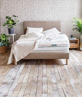 Kipli Polsterbett mit hoher Kipli Matratze und Kipli Bettdecke in einem natürlichen Schlafzimmer