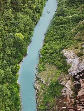 Vogelperspektive auf einem Fluss in der Natur