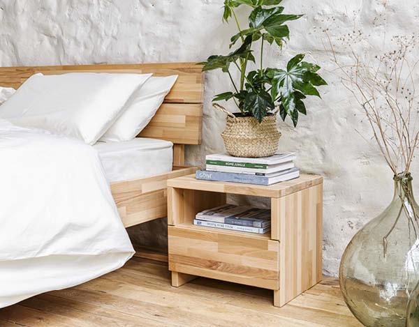 Nachttisch aus Massivholz steht neben dem Kipli Bett