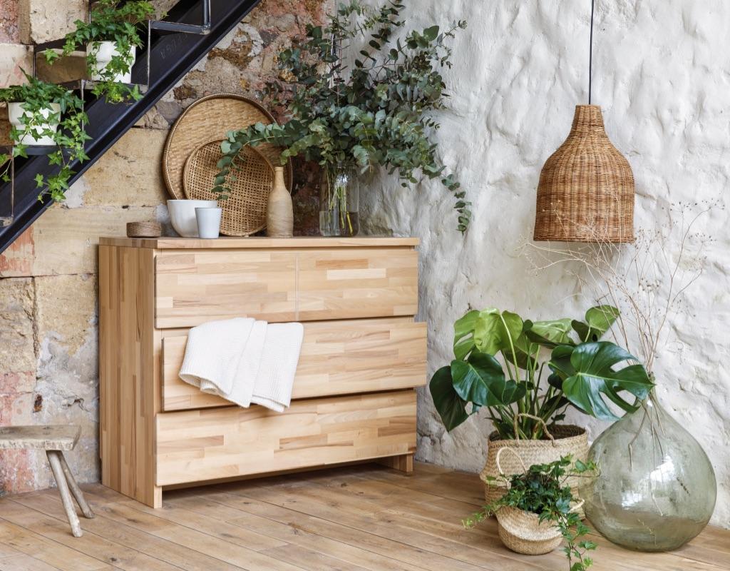 Kipli Kommode eingerichtet neben Zimmerpflanzen