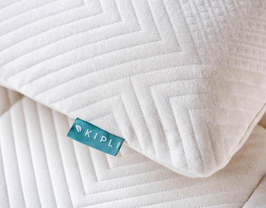 Zoom de la etiqueta Kipli de la almohada de látex natural