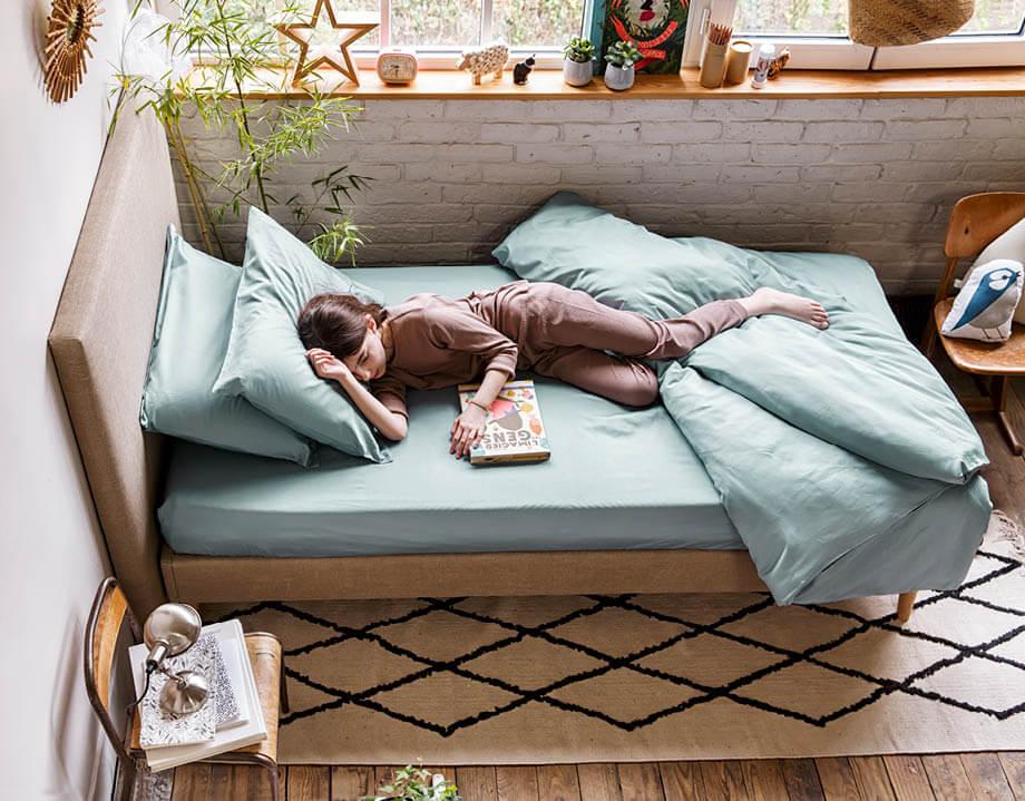 Fille allongée sur le matelas enfant latex naturel Kipli