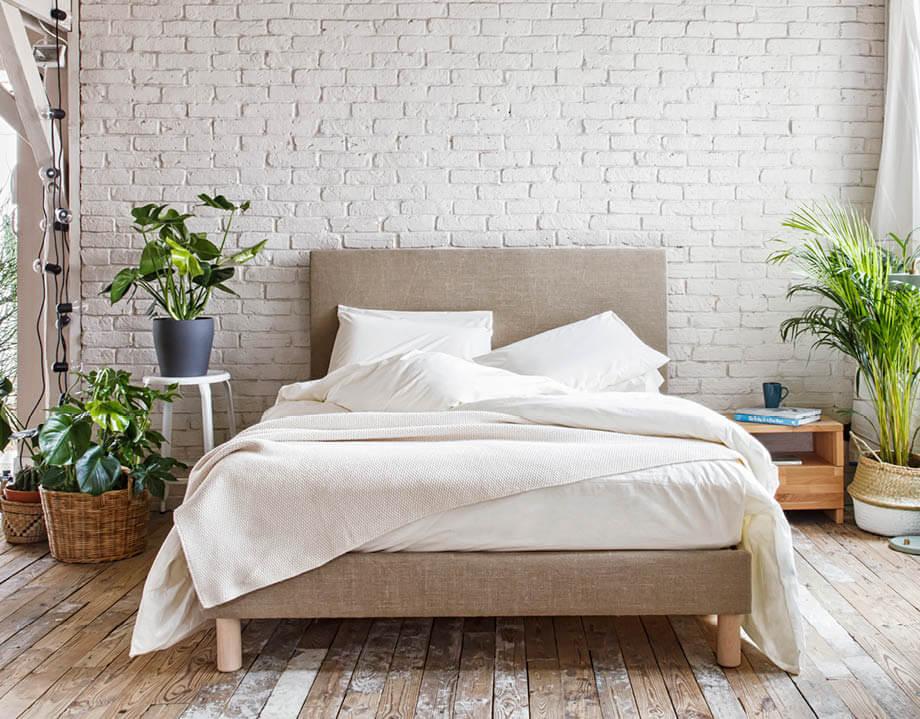 Parure de lit 2 personnes écrue sur matelas et sommier tapissier Kipli