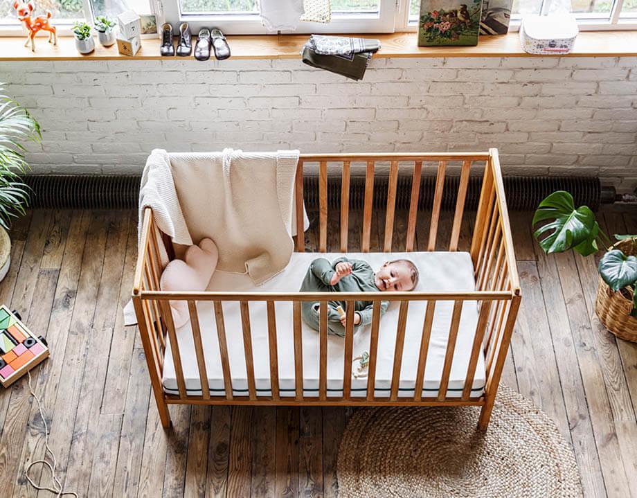 Matelas bébé bio dans son lit avec jeune enfant