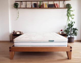 letto in legno massello kipli con materasso sopra