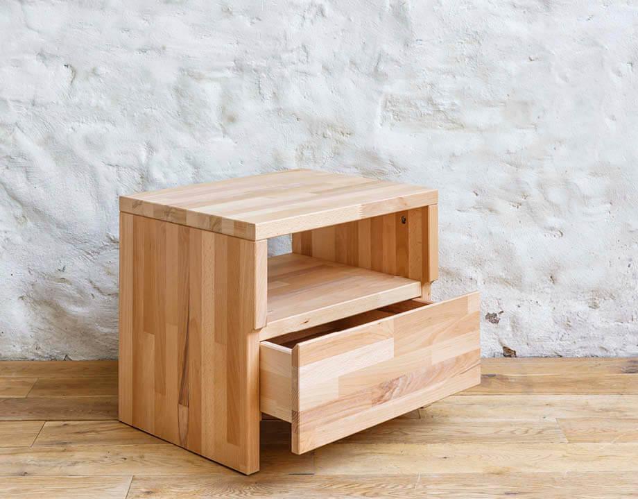 table de nuit en bois massif Kipli avec tiroir entrouvert
